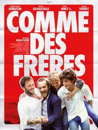 Affiche du film Comme des frères d'Hugo Gélin sur laquelle les quatre comédiens principaux s'étreignent sur un montage rappelant une affiche cornée.
