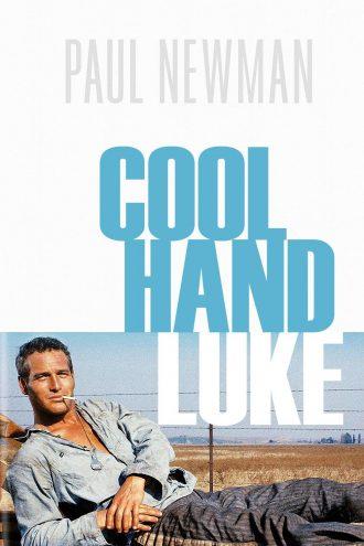 Affiche du film Luke la main froide de Stuart Rosenberg. En bas de l'affiche, Newman est étendu dans un champ en tenue de prisonnier, un sourire aux lèvres et une cigarette dans la bouche.