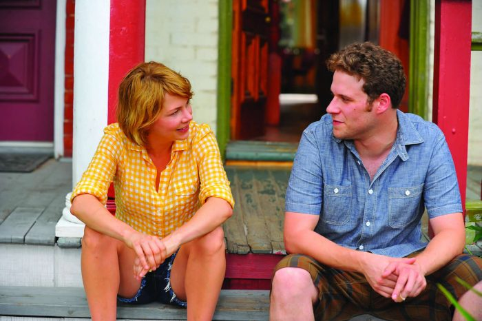 Photo de Michelle Williams et Seth Rogen dans le film Take This Waltz. Sur le perron de leur maison, le couple discute et sourit.