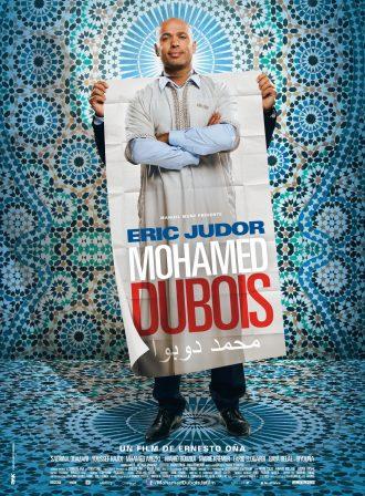 Affiche du film Mohamed Dubois d'Ernesto Ona. Eric Judor est en costume et tient un poster d'une djellaba. Des mosaïques évoquant notamment une mosquée sont visibles au second plan.
