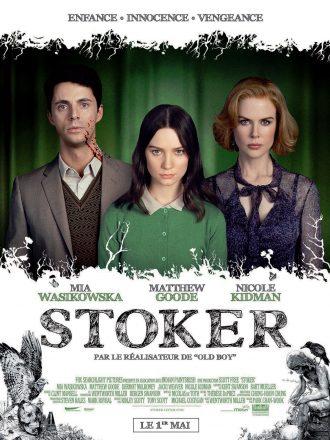 Affiche du film Stoker de Park Chan Wook. Nous y voyons les trois acteurs principaux comme sur un portrait de famille face à l'objectif. Matthew Goode est tâché de sang. Un oiseau et une statue sont dessinés en bas de l'affiche.