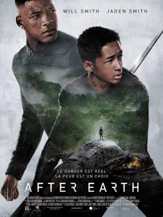 Affiche du film After Earth de M. Night Shyamalan. Nous y voyons les deux héros interprétés par Will Smith et Jaden Smith en alerte. Sur leurs corps, nous découvrons la photo en transparence d'un vaisseau échoué dans la nature et d'un homme sur le toit du vaisseau.