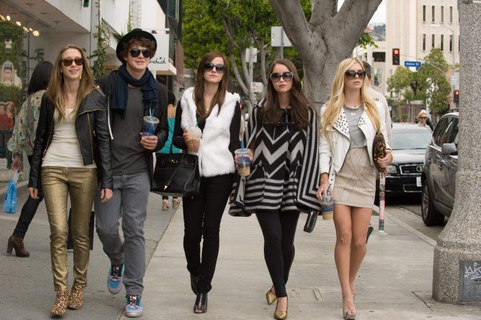 Photo du groupe d'amis mené par Emma Watson dans le film The Bling Ring de Sofia Coppola. Les cinq amis avancent fièrement dans les rues de Los Angeles.