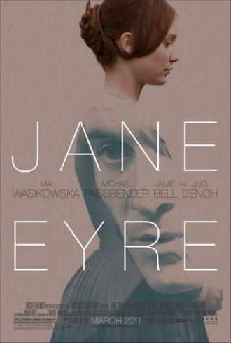 Affiche du film Jane Eyre de Cary Fukunaga. Nous voyons Mia Wasikowska marcher de profil devant un fond blanc. Le visage de Michael Fassbender est visible en transparence sur sa robe.