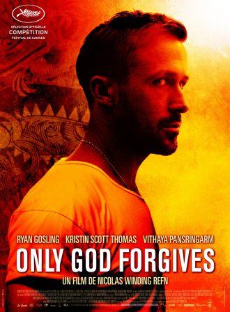 Affiche du film Only God Forgives de Nicolas Winding Refn sur laquelle nous voyons Ryan Gosling dans une pièce orangée avec des motifs thaïlandais au second plan.