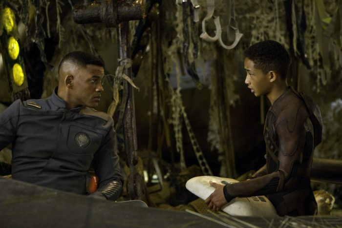 Photo de Will Smith et Jaden Smith dans le film After Earth de M. Night Shyamalan. Dans un vaisseau futuriste échoué, les deux hommes discutent.