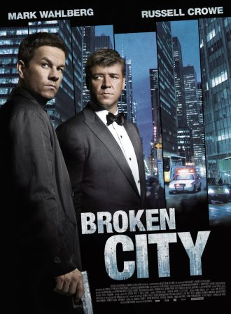 Affiche du film Broken City sur laquelle nous voyons Mark Wahlberg et Russell Crowe côte à côte avec un montage photo de New York au second plan. Wahlberg tient une arme tandis que Crowe le regarde avec un air sombre.