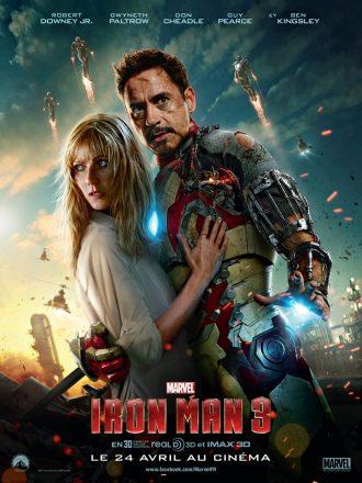 Affiche d'Iron Man 3 de Shane Black sur laquelle nous voyons Gwyneth Paltrow et Robert Downey Jr dans les bras l'un de l'autre. Ils semblent très inquiets. De nombreuses autres armures s'envolent au second plan.