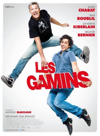 Affiche du film Les Gamins réalisé par Anthony Marciano, sur laquelle Alain Chabat et Max Boublil sautent et rient en tenant le logo titre.