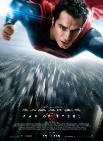 Affiche de Man of Steel de Zack Snyder. Nous y voyons Superman voler face à l'objectif au dessus de Metropolis.
