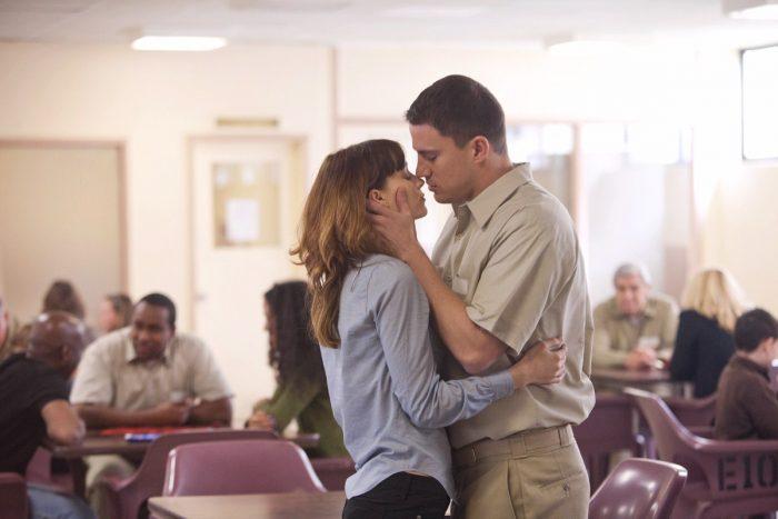 Photo de Rooney Mara et Channing Tatum dans le film Effets Secondaires de Steven Soderbergh. Les deux acteurs s'étreignent dans un parloir de prison.