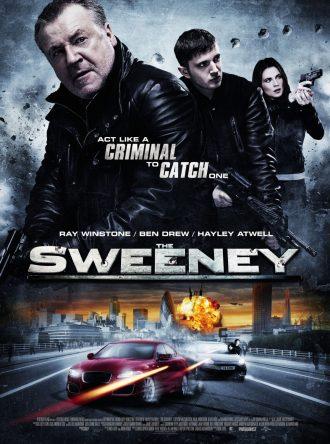 Affiche de The Sweeney sur lequel nous voyons un portrait des trois héros en haut de l'affiche en pleine action ainsi qu'une course poursuite en voitures et une explosion en bas de l'affiche.