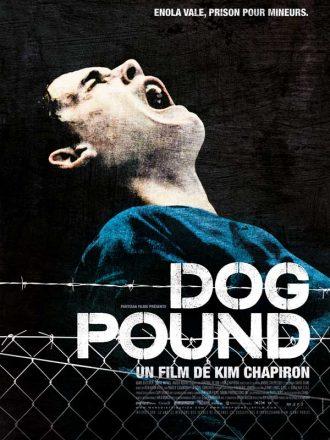 Affiche du film Dog Pound de Kim Chapiron. Nous y voyons le délinquant incarné par Adam Butcher hurler devant un fond noir. Des barbelés et des grillages sont visibles en bas de l'affiche.