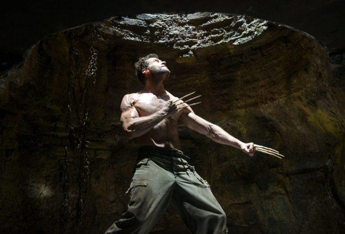 Photo de Hugh Jackman dans le film Wolverine : Le combat de l'immortel de James Mangold. Le héros est dans une grotte, les griffes sorties et regarde vers la sortie.