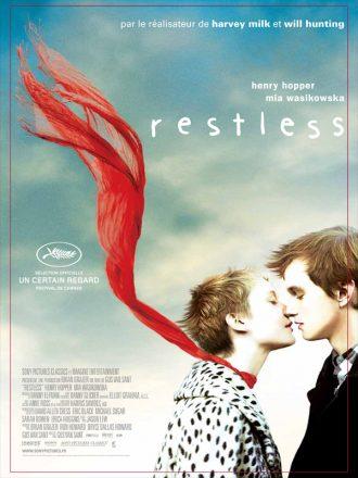 Affiche du film Restless de Gus Van Sant. Mia Wasikowska s'apprête à embrasser Henry Hopper. Son écharpe est portée par le vent et le ciel éclairé mais nuageux est visible au second plan.