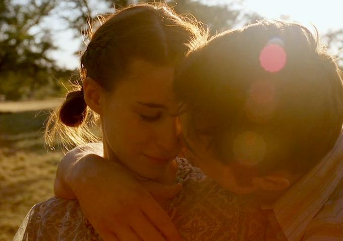 Photo de Rooney Mara et Casey Affleck dans le film Les amants du Texas de David Lowery. Les deux amants s'étreignent face à l'objectif dans un paysage ensoleillé.