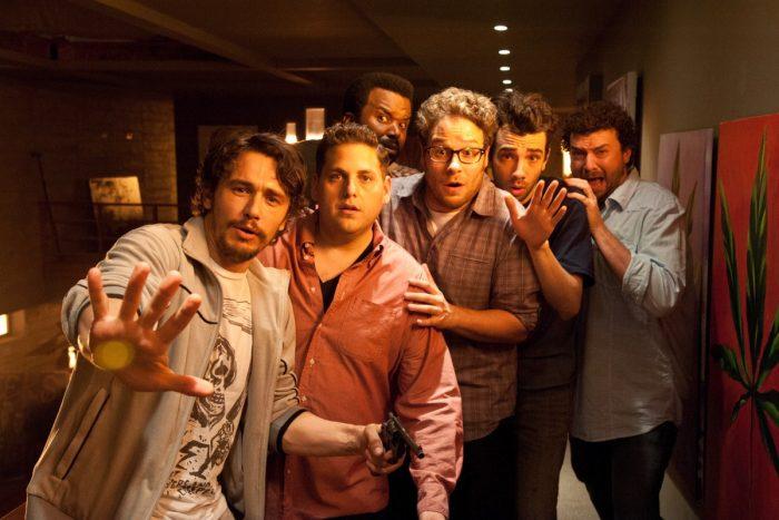 Photo de James Franco, Jonah Hill, Craig Robinson , Seth Rogen, Jay Baruchel et Danny McBride dans le film C'est la fin. Dans la maison de James Franco, Les acteurs font face à un personnage que l'on ne voit pas et ont l'air surpris et effrayés.
