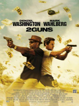 Affiche de 2 Guns. Nous y voyons Denzel Washington et Mark Wahlberg dos à dos pointer leurs armes sur des ennemis communs qu'on ne voit pas. Des billets de banque volent sur tout le cadre.