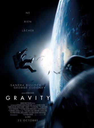 Affiche du film Gravity d'Alfonso Cuarón. Nous y voyons Sandra Bullock en tenue de cosmonaute en train d'être éjectée de sa navette spatiale et de de se perdre dans l'espace.