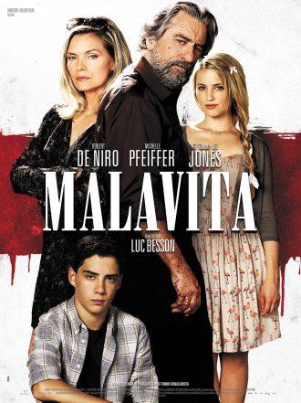 Affiche du film Malavita de Luc Besson sur laquelle nous voyons la famille menée par Michelle Pfeiffer et Robert De Niro devant un fond blanc taché de sang.
