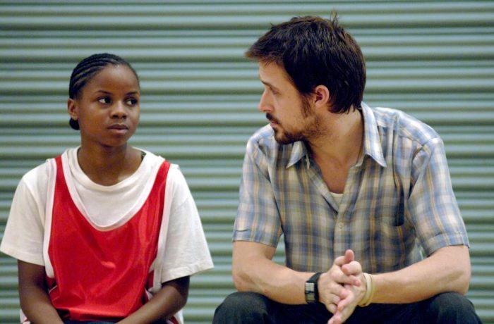 Photo de Ryan Gosling et Shareeka Epps dans le film Half Nelson. Assis sur le banc d'un gymnase, les deux comédiens s'observent.
