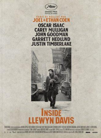 Affiche du film Inside Llewyn Davis des frères Coen. Dans un style vintage, nous voyons au centre Oscar Isaac marcher dans une rue new-yorkaise, tenant sa guitare et un chat. Il s'écarte du cadre de la photo.