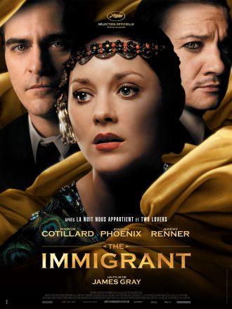 Affiche de The Immigrant de James Gray. Nous y voyons le portrait de Marion Cotillard au centre, entourée des voiles et des portrais de Joaquin Phoenix et Jeremy Renner.
