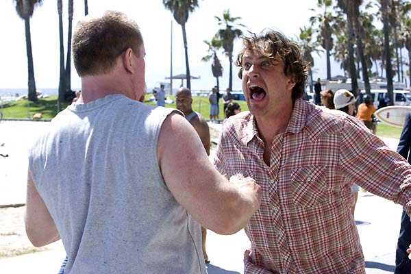 Photo de Jason Segel dans le film I Love You Man. Dans une rue de Los Angeles proche de l'océan, Jason Segel hurle à un homme en face de lui.