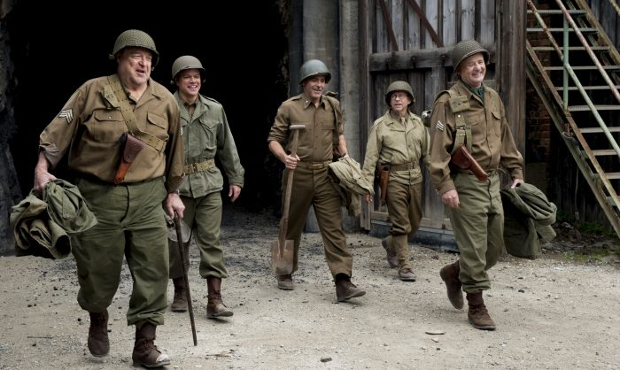 Photo du film Monuments Men de George Clooney. Nous le voyons aux côtés de Matt Damon, John Goodman, Bill Murray et Bob Balaban marcher en tenue de soldats.
