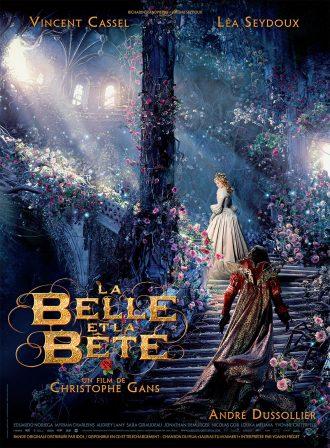 Affiche de La Belle et la Bête de Christophe Gans sur laquelle les deux personnages principaux se suivent dans un escalier fleuri et illuminé par la lumière naturelle.