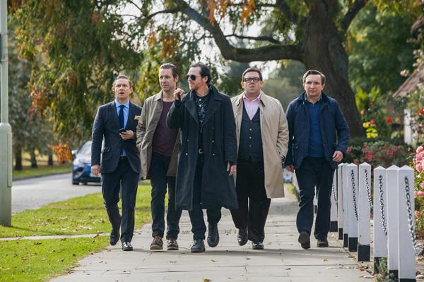 Photo Martin Freeman, Paddy Considine, Simon Pegg, Nick Frost & Eddie Marsan dans le film Le dernier pub avant la fin du monde. La bande marche en ligne dans une banlieue anglaise, menée par Simon Pegg.
