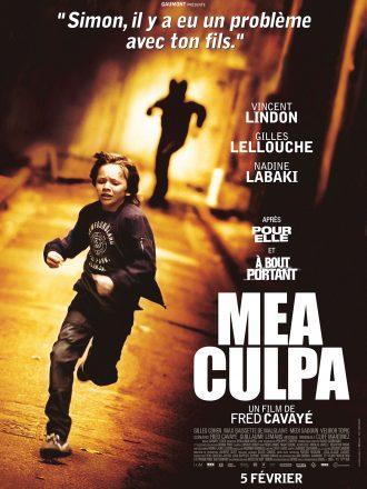 Affiche du film Mea Culpa de Fred Cavayé. Dans une ruelle, un enfant court poursuivi par un homme au visage masqué par un casque de moto.