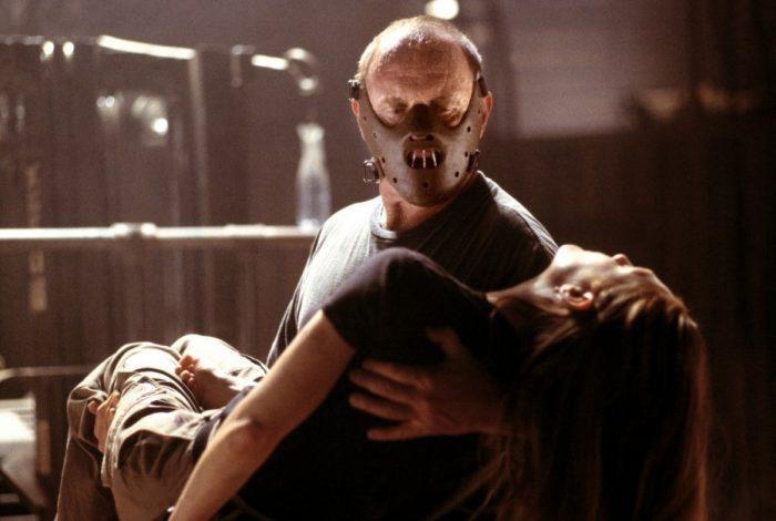 Photo d'Anthony Hopkins et Julianne Moore dans le film Hannibal de Ridley Scott. Hannibal porte son célèbre masque et porte Clarence.