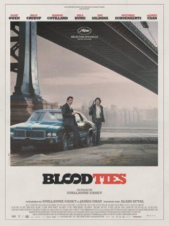 Affiche de Blood Ties de Guillaume Canet. Nous voyons les deux frères interprétés par Clive Owen et Billy Crudup devant une voiture sous un pont de New York. L'affiche véhicule l'aspect années 70 du film.
