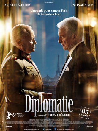 Affiche du film Diplomatie sur laquelle Dussollier et Arestrup sont face à face dans une cambre d'hôtel et semblent négocier. Nous voyons la Tour Eiffel dans le reflet de la fenêtre.