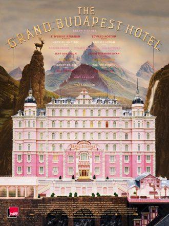 Affiche de The Grand Budapest Hotel de Wes Anderson. Nous y voyons l'hôtel de face dans les paysages montagneux. Les tons sont clairs et pastels.
