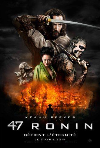 Affiche de 47 Ronin sur laquelle nous voyons certains des personnages phares au milieu d'un paysage sombre et d'une île explosant. Keanu Reeves est au centre et brandit un sabre.