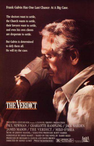 Affiche du Verdict de Sidney Lumet. Nous y voyons Paul Newman dans un sombre bureau éclairé par de la lumière naturelle, en plein songe.