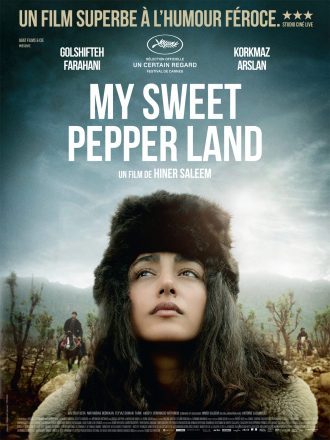 Photo de My Sweet Pepper Land sur laquelle nous voyons le visage de Golshifteh Farahani dans un paysage de western. Au second plan, nous distinguons des hommes à cheval.