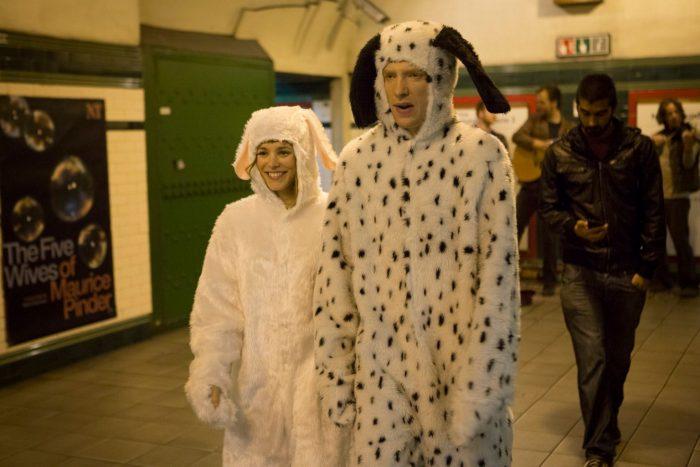 Photo de Rachel McADams et Domhall Gleeson déguisés dans le métro londonien dans le film Il était temps.