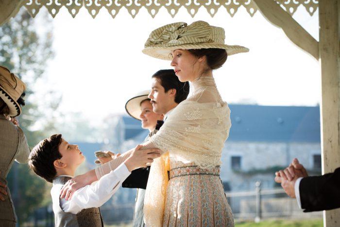 Photo de Rebecca Hall dansant avec un petit garçon dans le film Une Promesse.