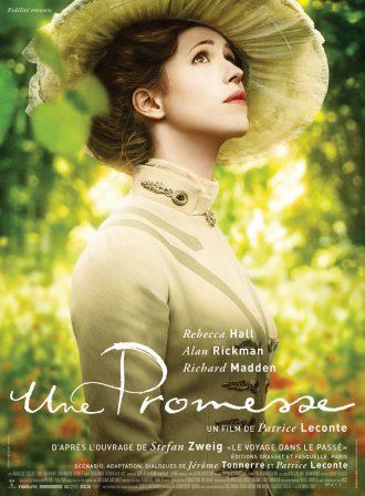 Affiche d'Une Promesse de Patrice Leconte. Nous voyons Rebecca Hall dans un jardin lumineux regardant vers le ciel.