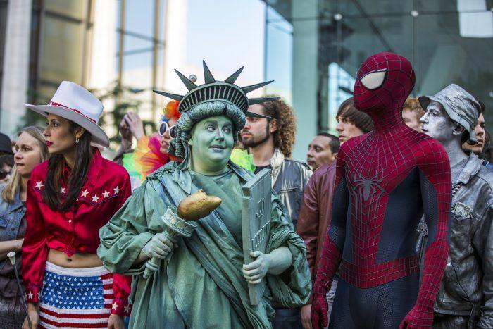 Photo du film The Amazing Spider-Man 2. Sur un passage de piéton, Spider-Man discute avec une femme déguisée en Statue de la Liberté.