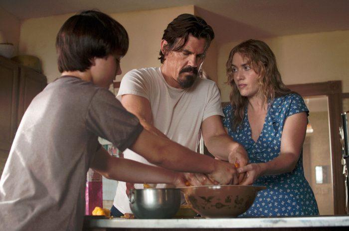 Photo de Josh Brolin et Kate Winslet dans le film Last Days of Summer. Brolin et Winslet cuisinent avec le fils de cette dernière.