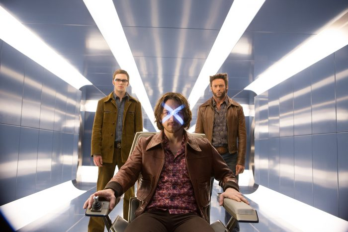 Photo de Nicholas Hoult, James McAvoy et Hugh Jackman dans le film X-Men : Days of Future Past de Bryan Singer. Les trois mutants attendent l'ouverture de Cerebro.