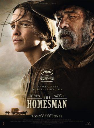 Affiche de The Homesman sur laquelle nous voyons les sombres portraits d'Hilary Swank et Tommy Lee Jones. En bas de l'affiche, nous voyons une diligence en train d'avancer.