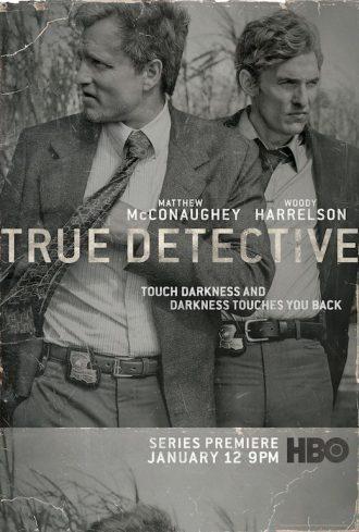 Affiche en Noir et Blanc de la première saison de True Detective, sur laquelle nous voyons les héros interprétés par Woody Harrelson et Matthew McConaughey.