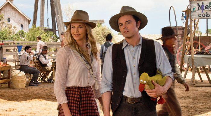Photo de Charlize Theron et Seth MacFarlane dans le film Albert à L'Ouest. Les deux acteurs s'amusent lors d'une fête foraine de l'Ouest.