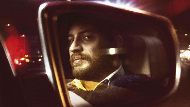 Photo de Tom Hardy se regardant dans le rétroviseur dans le film Locke.
