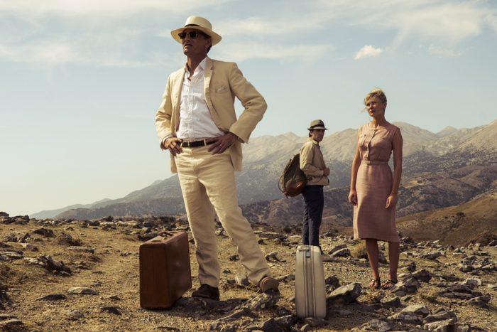 Photo de Viggo Mortensen, Oscar Isaac et Kirsten Dunst dans le film Two Faces of January. Les trois acteurs contemplent un paysage des îles grecques.